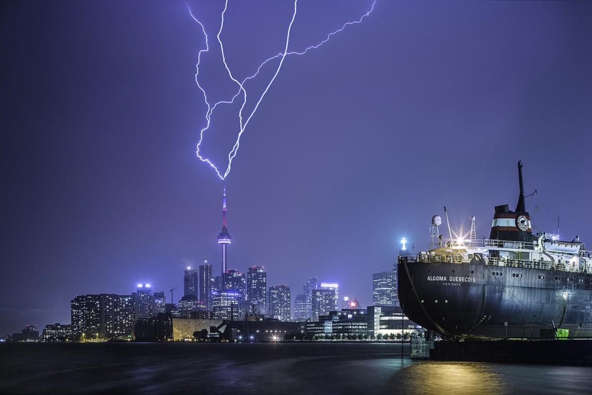 Լուսանկարում պատկերված է CN Tower հեռուստատեսային աշտարակը