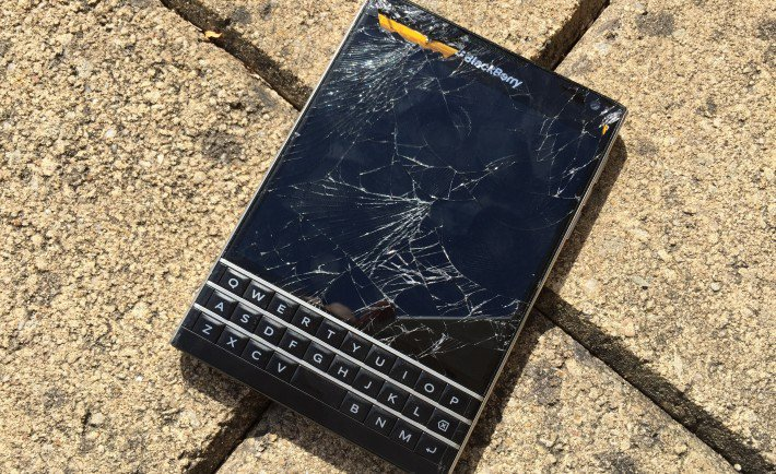 Այս անգամ քրաշ-թեստի զոհ է դարձել BlackBerry Passport սմարթֆոնը