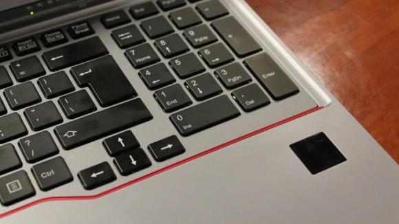 Fujitsu նոութբուք, որը սկանավորում է ձեռքի ափը