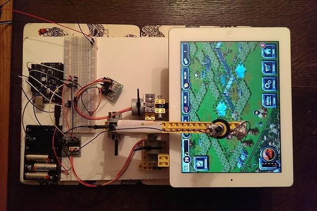 LEGO-ռոբոտ, որն iPad-ով խաղ է խաղում
