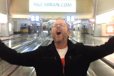 Las Vegas-ի օդանավակայանում գիշերած տղամարդը օրիգինալ տեսահոլովակ է նկարահանեել